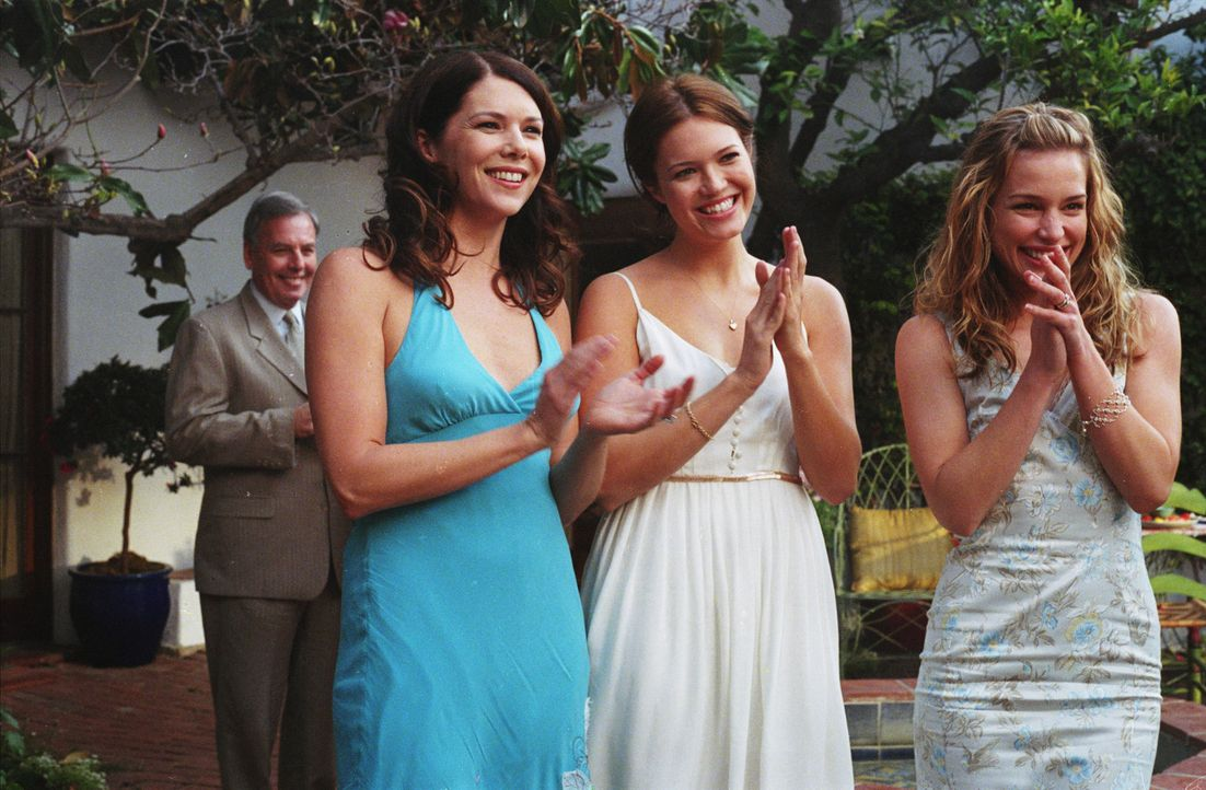 Freuen sich über das späte Glück ihrer Mutter: Maggie (Lauren Graham, l.), Milly (Mandy Moore, M.) und Mae (Piper Perabo, r.) ... - Bildquelle: Warner Brothers