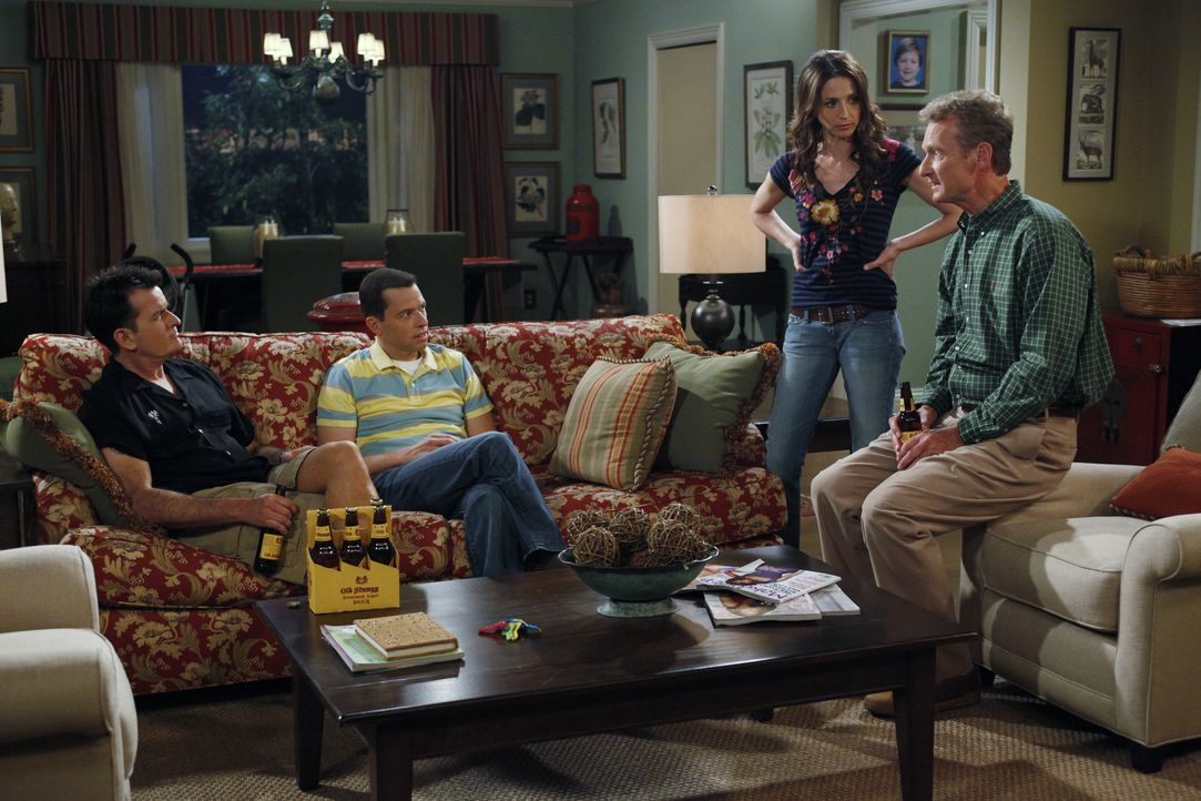 Alan (Jon Cryer, 2.v.l.) hat eine Affäre mit Lyndsey. Als Jake herausfindet, dass sein Vater die Mutter seines besten Freundes datet, packt er die... - Bildquelle: Warner Bros. Television