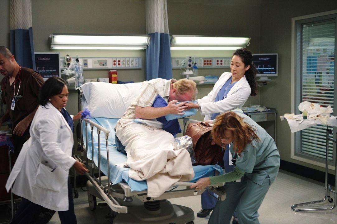 Baileys (Chandra Wilson,2.v.l.) und Cristinas (Sandra Oh, r.) Patient Ivan Fink (Christian Clemenson, M.) schluckt Würmer, um ein Heilmittel für Ast... - Bildquelle: ABC Studios