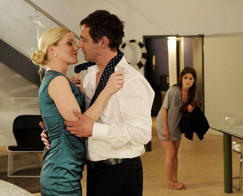 Helena und Stefan sind zum Glück so sehr mit sich selbst beschäftigt, dass Bea sich unbemerkt davonschleichen kann. - Bildquelle: Christoph Assmann - Sat1
