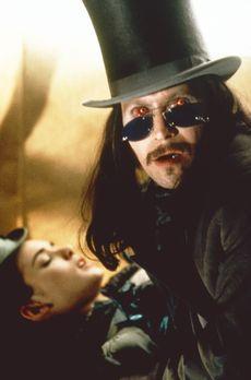 Bram Stoker's Dracula - Die Schöne und das Biest: Mina (Winona Ryder, l.) gib...