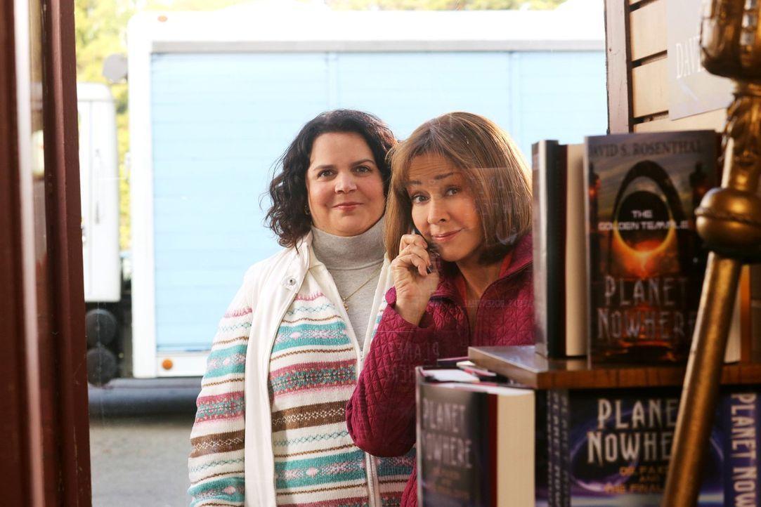 Als Frankie (Patricia Heaton, r.) und Nancy (Jen Ray, l.) beobachten, wie Mike einen Anruf von Frankie ignoriert, muss diese sich fragen, ob Mike an... - Bildquelle: Warner Brothers