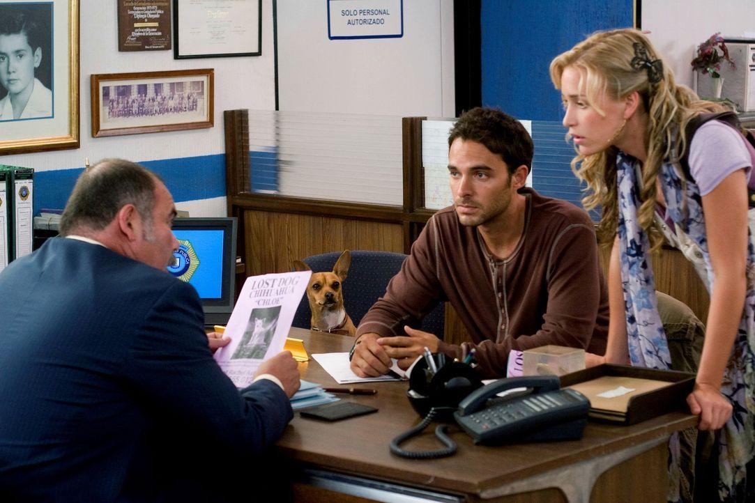 Sam (Manolo Cardona, M.) und Rachel (Piper Perabo, r.) machen sich große Sorgen um Chloe und hoffen, bei Officer Ramirez (Jesus Ochoa, l.) Hilfe zu... - Bildquelle: Disney Enterprises, Inc.  All rights reserved