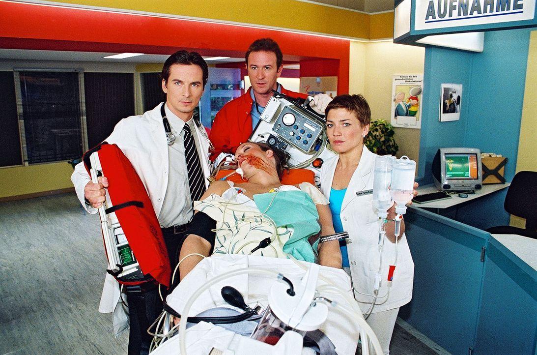 Der Polizist Martin Kern (Peter A. Rey, M.) wird bei einem Überfall verletzt und von Dr. Meier-Liszt (David C. Bunners, l.), Dr. Forch (Stefan Walz,... - Bildquelle: Noreen Flynn Sat.1