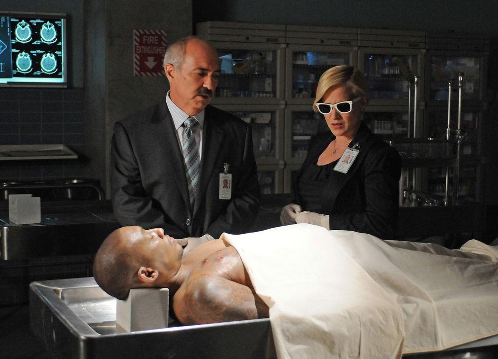 Sobald Allison Dubois (Patricia Arquette, r.) die Sonnenbrille aufsetzt, sieht sie auf der Stirn aller Leute Zahlen, die meist fünfstellig sind. Auf... - Bildquelle: Paramount Network Television