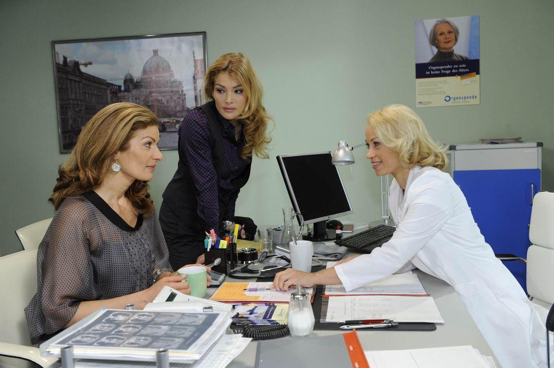 Natascha (Franziska Matthus, l.) und Annett (Tanja Wenzel, M.) erfahren von Dr. Katharina Fellbach (Annett Culp, r.), dass sie als Spenderin für Ri... - Bildquelle: SAT.1
