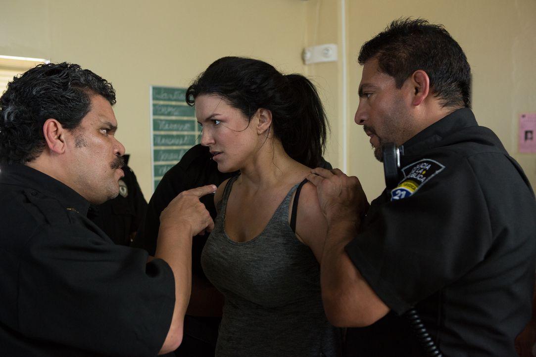 Der korrupte Polizist Ramón Garza (Luis Guzmán, l.) weist Ava (Gina Carano, M.) in ihre Schranken. Doch sie misstraut den Cops und ermittelt auf eig... - Bildquelle: Francisco Roman ITB Productions, Inc.