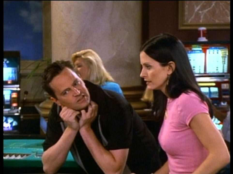 Chandler (Matthew Perry, l.) und Monica (Courteney Cox, r.) überlegen ernsthaft, ob sie heiraten sollen. - Bildquelle: TM+  2000 WARNER BROS.