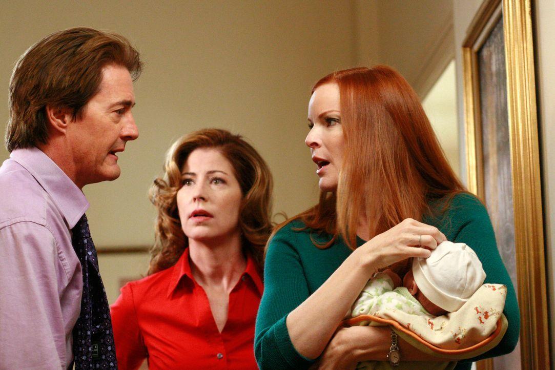 Können Sylvia nicht dazu bewegen, das Badezimmer zu verlassen: Katherine (Dana Delany, M.), Bree (Marcia Cross, r.) und Orson (Kyle MacLachlan, l.)... - Bildquelle: ABC Studios