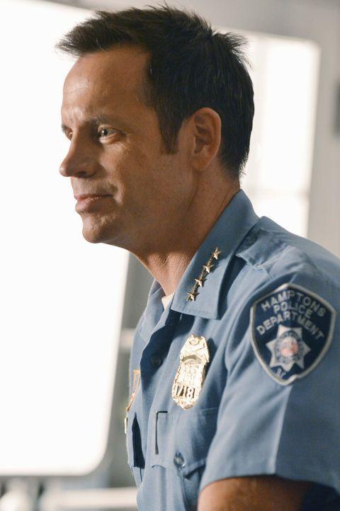 Der ehrgeizige Polizist Chief Brady (David Burke) ist stolz, endlich an einem richtigen Mordfall arbeiten zu dürfen ... - Bildquelle: 2012 American Broadcasting Companies, Inc. All rights reserved.