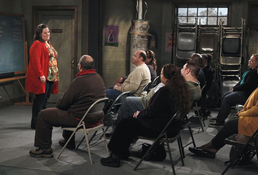 Nachdem Carls Oma Mike geraten hat, Molly (Melissa McCarthy, l.) aufrichtig zu zeigen, was er für sie empfindet, taucht er am nächsten Tag in der... - Bildquelle: Warner Bros. Television
