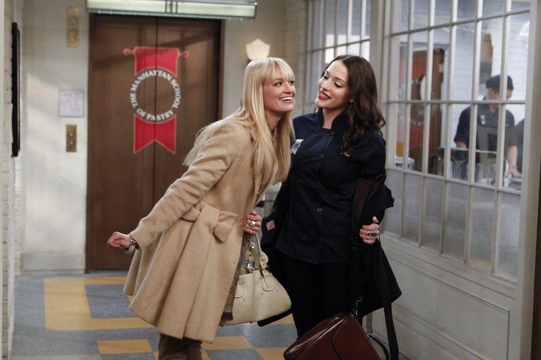 Der plötzliche Tod von Carolines (Beth Behrs, l.) ehemaliger Nanny veranlasst Max (Kat Dennings, r.), mit ihr zusammen zu deren Beerdigung zu gehen.... - Bildquelle: Warner Brothers Entertainment Inc.