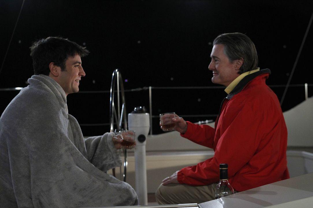 Ein Segeltörn mit ungeahnten Folgen: Ted (Josh Radnor, l.) und Captain (Kyle MacLachlan, r.) ... - Bildquelle: 20th Century Fox International Television