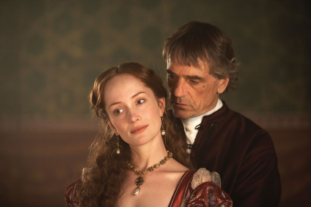 Können nicht voneinander lassen:Papst Alexander VI. (Jeremy Irons, r.) und Giulia Farnese (Lotte Verbeek, l.) ... - Bildquelle: LB Television Productions Limited/Borgias Productions Inc./Borg Films kft/ An Ireland/Canada/Hungary Co-Production. All Rights Reserved.