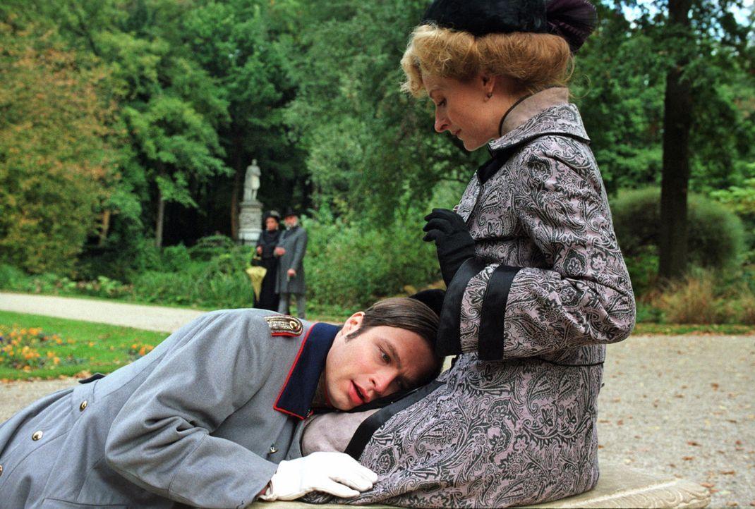 Alexander (Tim Sander, l.) trifft heimlich seine Mutter (Mignon Remé, r.) im Park und schüttet ihr sein Herz aus. Der Verstoßene möchte unbedingt wi... - Bildquelle: Aki Pfeiffer Sat.1