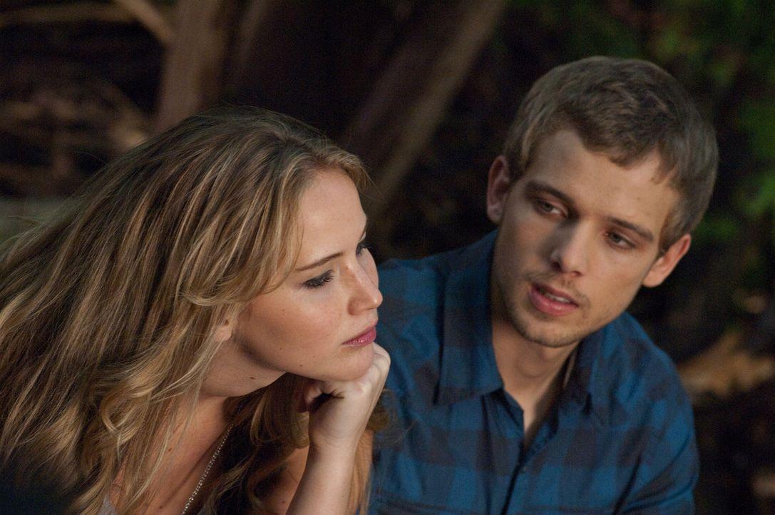 Hätte nie gedacht, dass er nach dem Tod seiner Eltern in Elissa (Jennifer Lawrence, l.) jemanden findet, den er zu lieben lernt: Ryan (Max Thieriot,... - Bildquelle: 2011 HATES, LLC.  All Rights Reserved.