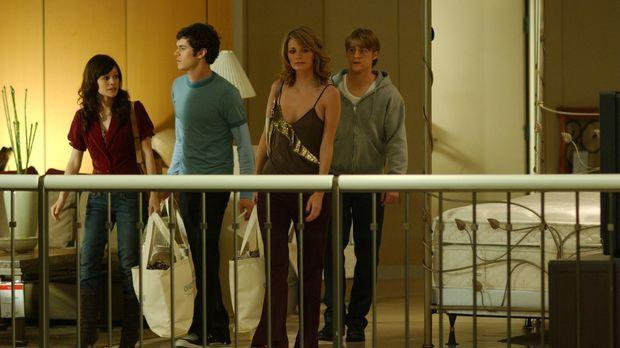 Seth (Adam Brody, 2.v.l.) hält Ryan (Benjamin McKenzie, r.) davon ab, Lindsay...