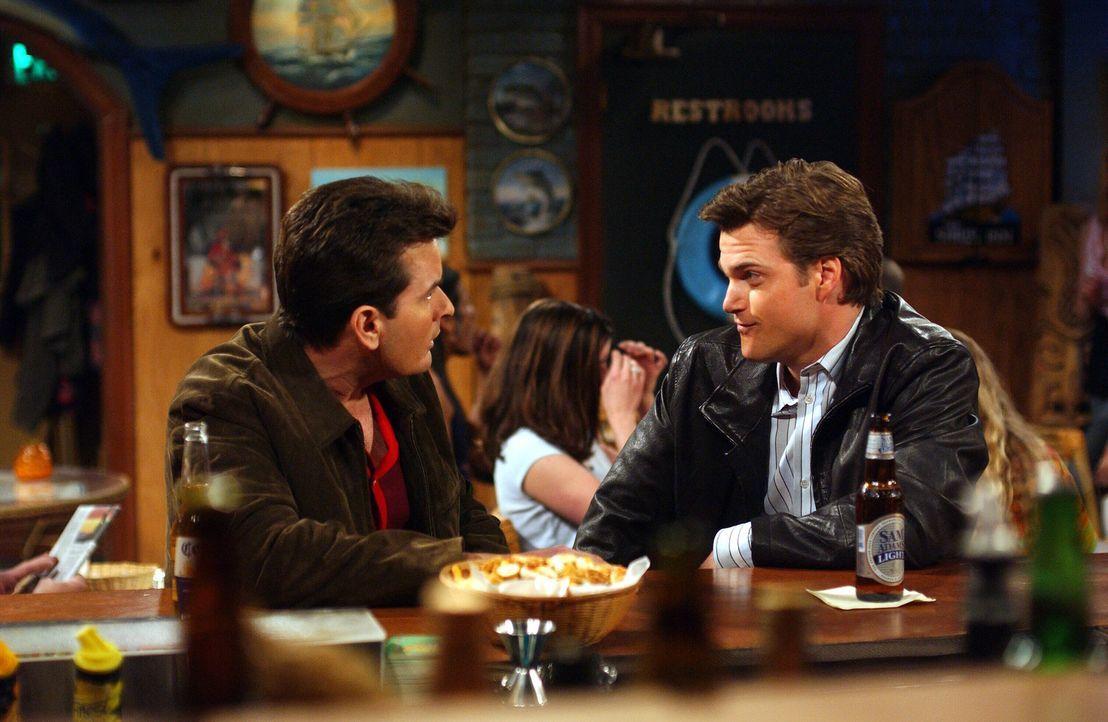 Charlie (Charlie Sheen, l.) ist fassungslos, als er seine ehemalige Freundin Jill wiedertrifft, denn aus Jill wurde Bill (Chris O'Donnell, r.) ... - Bildquelle: Warner Brothers Entertainment Inc.