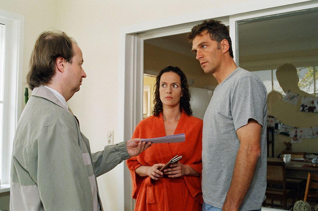 Stefan (Walter Sittler, r.) und Ines Herrlich (Claudia Michelsen, l.) kriegen besuch von der Gerichtsvollzieher. - Bildquelle: Sat.1