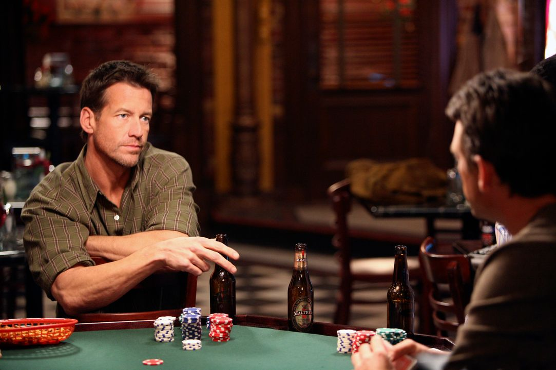 Pokern um Susan: Mike (James Denton, l.) und Ian (Dougray Scott, r.) ... - Bildquelle: 2005 Touchstone Television  All Rights Reserved