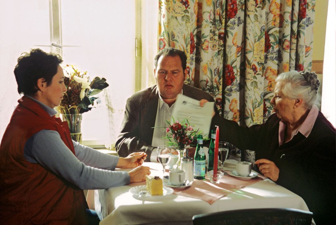 Benno (Ottfried Fischer, M.), Sabrina (Katerina Jacob, l.) und Resi (Ruth Drexel, r.) diskutieren den neuen Fall. - Bildquelle: Magdalena Mate Sat.1