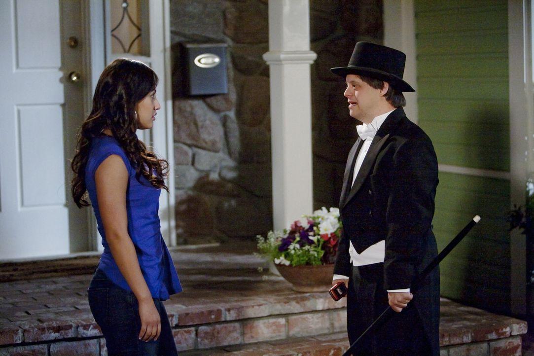 Tom (Luke Zimmerman, r.) lässt seinen Gefühlen gegenüber Adrian (Francia Raisa, l.) freien Lauf ... - Bildquelle: 2010 Disney Enterprises, Inc. All rights reserved.