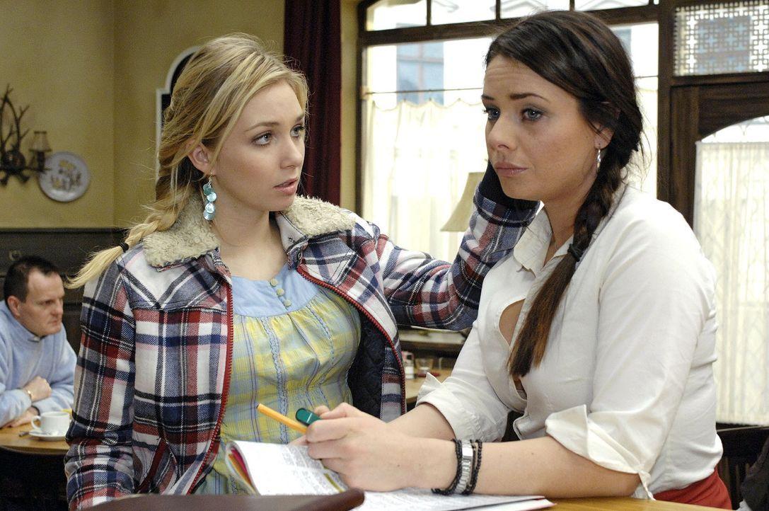 Lily (Jil Funke, l.) kann es nicht glauben, dass Paloma (Maja Maneiro, r.) sich von Maik getrennt hat. - Bildquelle: Oliver Ziebe Sat.1