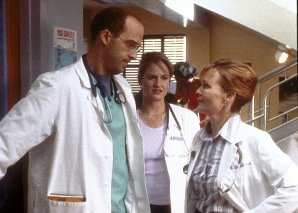 Durch einen indiskreten Hinweis von Dr. Ross erfahren Dr. Lewis (Sherry Strtingfield, r.) und Dr. Greene (Anthony Edwards, l.), dass sie beide mit H... - Bildquelle: TM+  WARNER BROS.