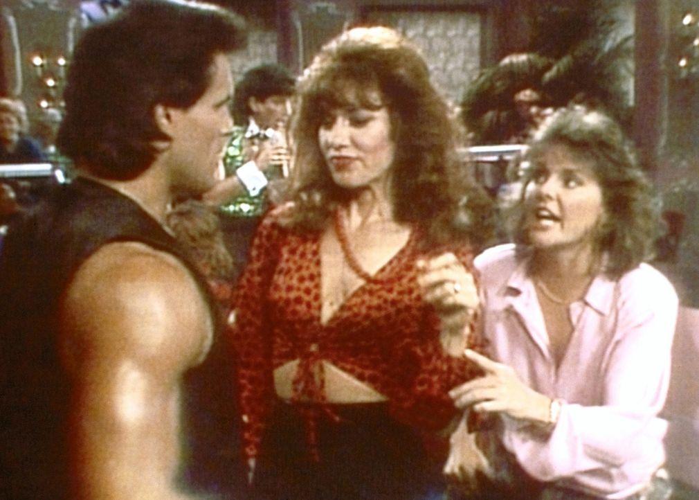 Auf der Suche nach Marcys Ehering versuchen Peggy (Katey Sagal, M.) und Marcy (Amanda Bearse, r.), an dem Türsteher (Richard Brose, l.) des Striplo... - Bildquelle: Columbia Pictures