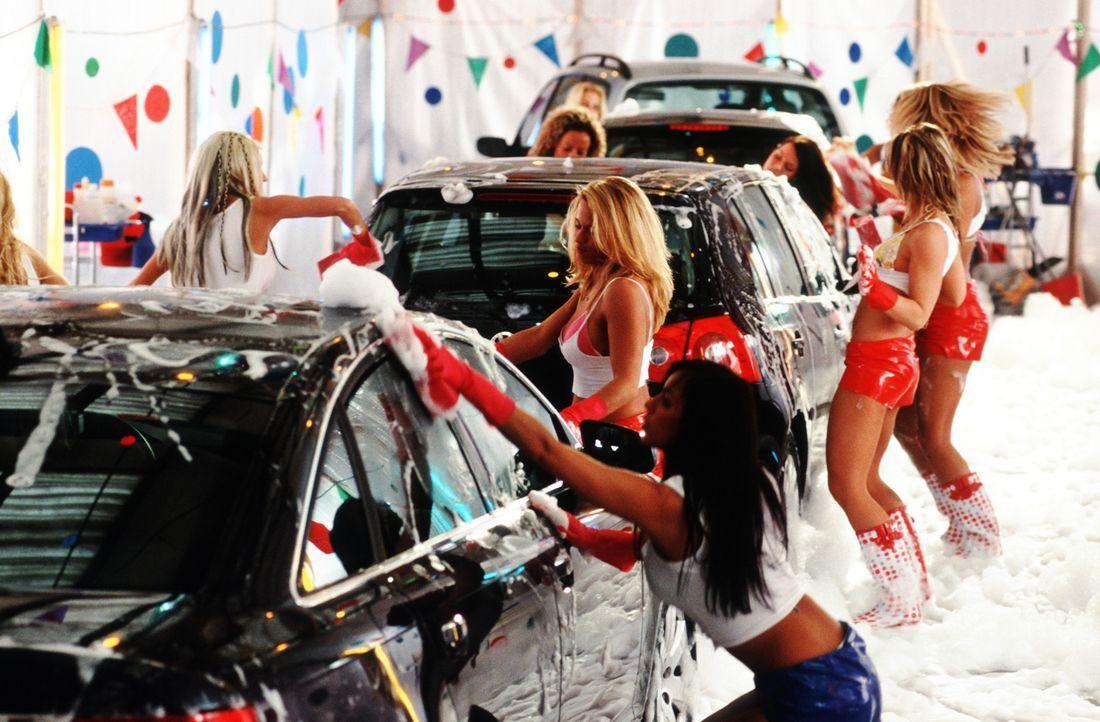 """In der Autowaschanlage """"Hotwash"""" erledigen """"göttliche"""" Ladys ihre Arbeit mit einem Ganz-Körper-Einsatz ... - Bildquelle: action image"""