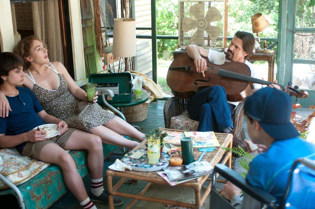 Der sensible Frank (Josh Brolin, 2.v.r.) beeinflusst das Leben der alleinerziehenden Mutter Adele (Kate Winslet, 2.v.l.) und ihres Sohnes Henry (Gat... - Bildquelle: 2016 Paramount Pictures. All Rights Reserved.