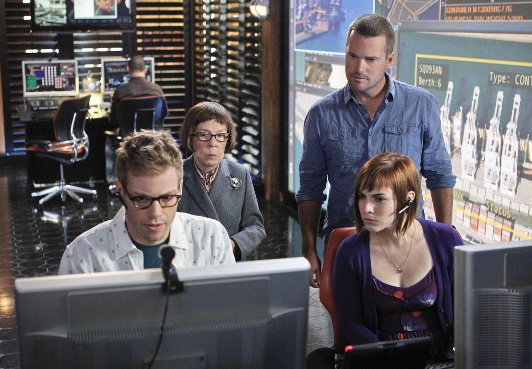 Um ihre Kollegen Deeks und Sam zu retten, versuchen Callen (Chris O'Donnell, r.), Hetty (Linda Hunt, 2.v.l.), Eric (Barrett Foa, l.) und Nell (Renée... - Bildquelle: CBS Studios Inc. All Rights Reserved.