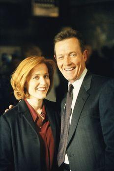 Akte X - Doggett (Robert Patrick, r.) und Scully (Gillian Anderson, l.) unter...