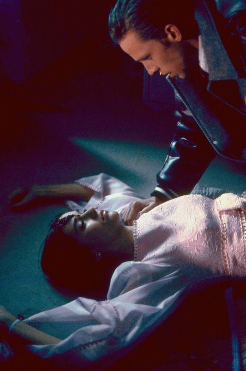 1969: Mary (Lillith Fields, l.) wird von Willy (Daniel B. Culmer, r.) und seinen Freunden brutal getötet ... - Bildquelle: Sony 2007 CPT Holdings, Inc.  All Rights Reserved.