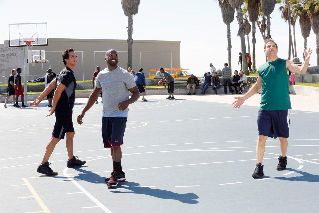 Genießen einen Tag beim Sport: Cooper (Paul Adelstein, r.), Jack (Benjamin Bratt, l.) und Sam (Taye Diggs, M.) ... - Bildquelle: ABC Studios