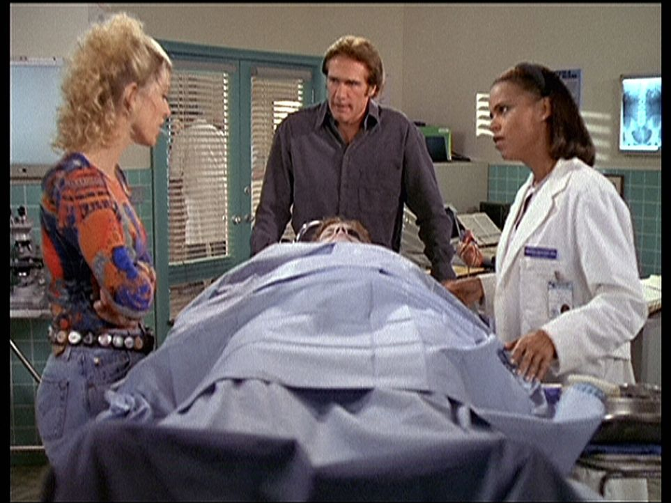 Randy (Rachel York, l.), Steve (Barry Van Dyke, M.) und Amanda (Victoria Rowell, r.) rätseln, wer den Pantomimen umgebracht hat. - Bildquelle: Viacom