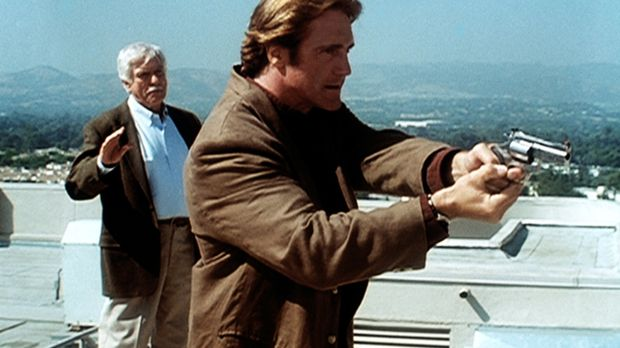 Steve (Barry Van Dyke, r.) hat den Mörder von Senator Bells Tochter gestellt....