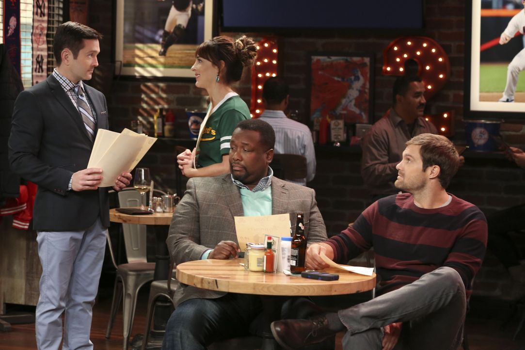 Felix (Thomas Lennon, l.) versucht sich als Yogalehrer mit Emily (Lindsay Sloane, 2.v.l.), Teddy (Wendell Pierce, 2.v.r.) und Murph (Geoff Stults, r... - Bildquelle: Michael Yarish 2014 CBS Broadcasting, Inc. All Rights Reserved