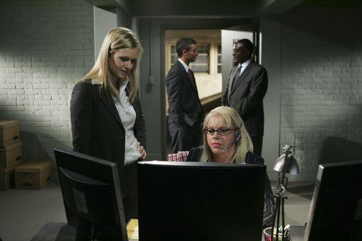Penelope Garcia (Kirsten Vangsness, vorne r.) und J.J. (A.J. Cook, vorne l.)...