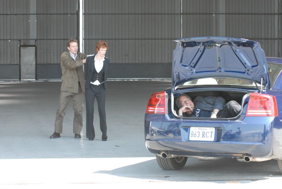 Um Jenny Shepard (Lauren Holly, M.) aus den Fängen des Entführers (Connor Trinneer, l.) freizubekommen, hat Gibbs (Mark Harmon, r.) eine gefährli... - Bildquelle: CBS Television