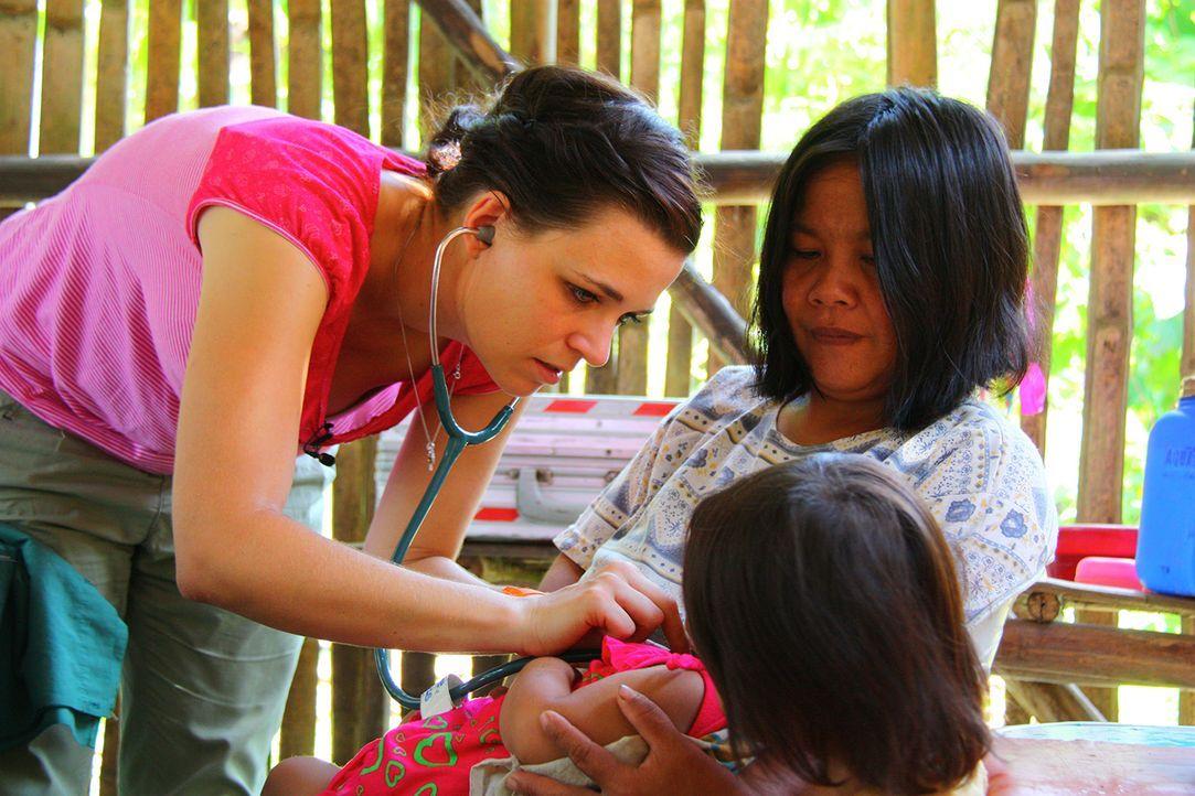 Anne-untersucht-kleinen-Patienten