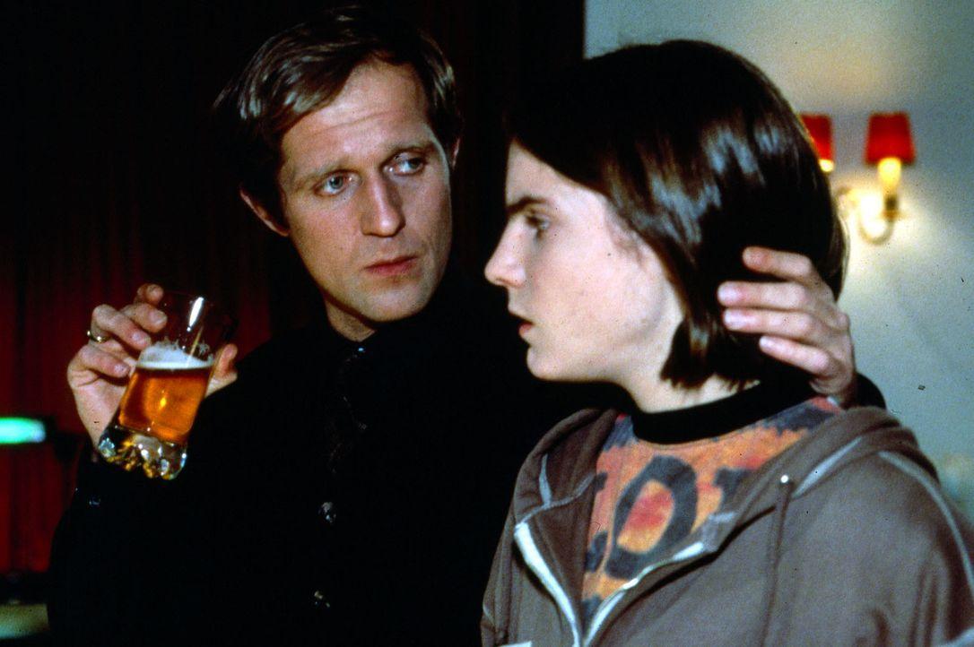 Wird Nicolas (Daniel Brühl, r.) die sexuellen Übergriffe seines Vaters (Harald Krassnitzer, l.) länger stillschweigend hinnehmen? - Bildquelle: SAT.1