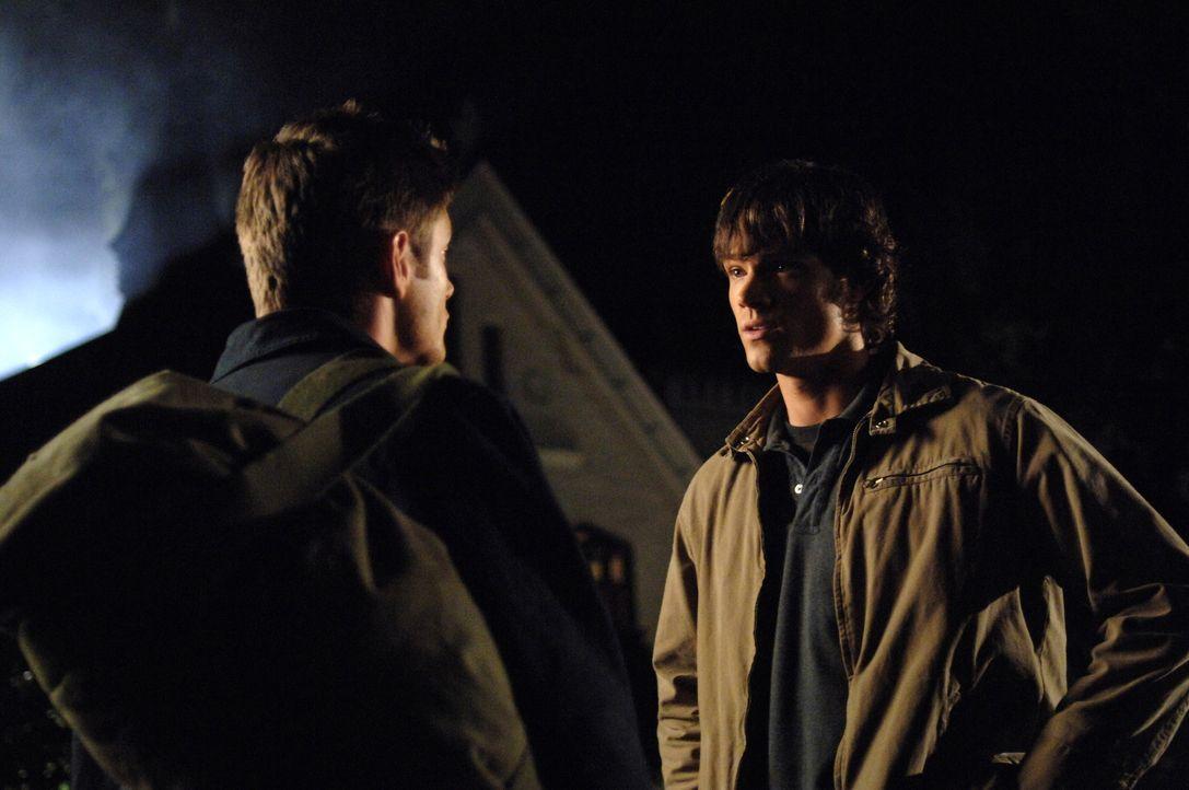Um Lori und ihren Vater, den Reverend des Ortes, vor dem Hakenmann zu retten, müssen Sam (Jared Padalecki, r.) und Dean (Jensen Ackles, l.) die Knoc... - Bildquelle: Warner Bros. Television