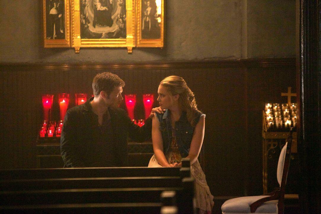 Klaus und Cami an einem einsamen Ort - Bildquelle: Warner Bros. Entertainment Inc.