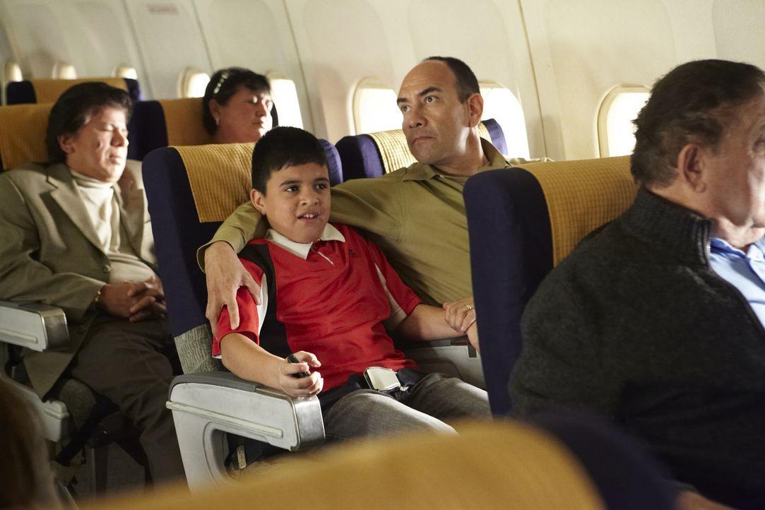 Eisberth Quintero (gespielt von Isaac Pilozo) sitzt aufgeregt mit seinem Vater an Bord der Fluglinie 518 der Santa Barbara Airlines. Vater und Sohn... - Bildquelle: Ian Watson Cineflix 2012/Ian Watson