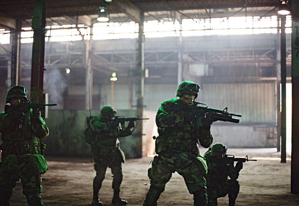 Immer wieder verfolgen schreckliche Erlebnisse aus dem Kosovo-Krieg den Ex-Special Force Marinesoldat Sam Decker (Dolph Lundgren, vorne) ... - Bildquelle: Nu Image