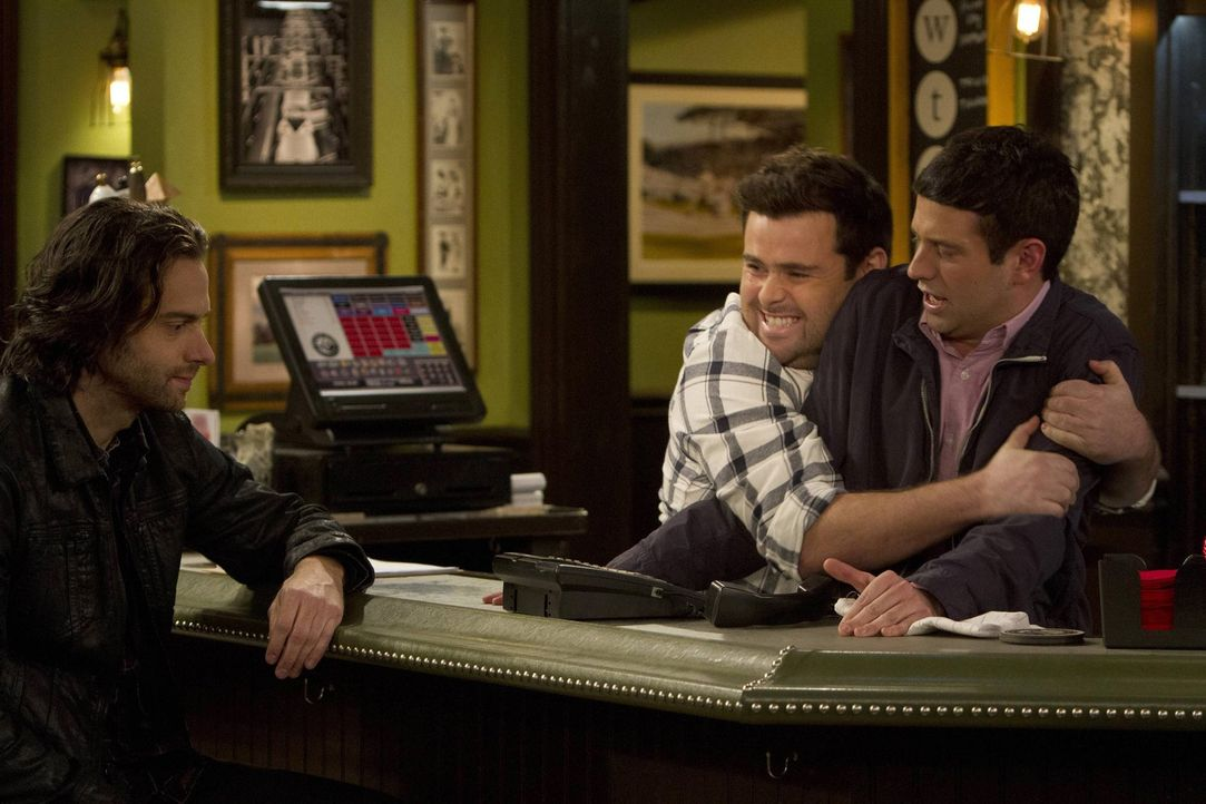 Was steckt dahinter, dass Justins (Brent Morin, r.) Freundin Nicki mit einem Mann ausgeht? Brett (David Fynn, 2.v.r.) und Danny (Chris D'Elia, l.) v... - Bildquelle: Warner Brothers