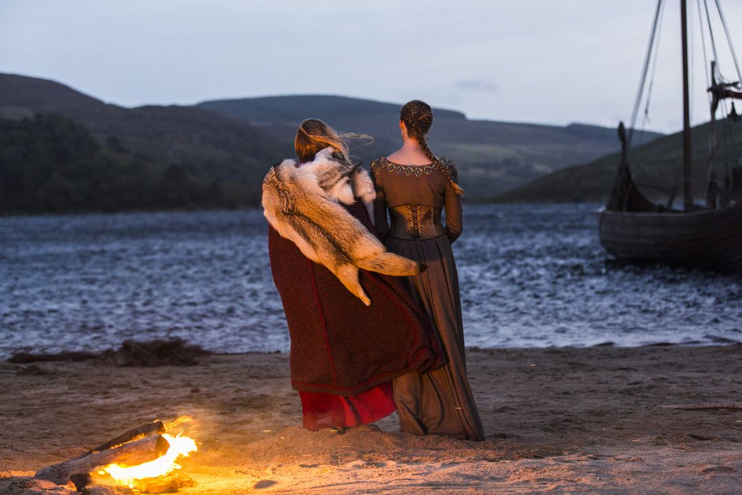 Müssen sie ihr Leben lassen, damit König Horik endlich seinen Plan zu Ende bringen kann? Aslaug (Alyssa Sutherland, r.) und Lagertha (Katheryn Winni... - Bildquelle: 2014 TM TELEVISION PRODUCTIONS LIMITED/T5 VIKINGS PRODUCTIONS INC. ALL RIGHTS RESERVED.