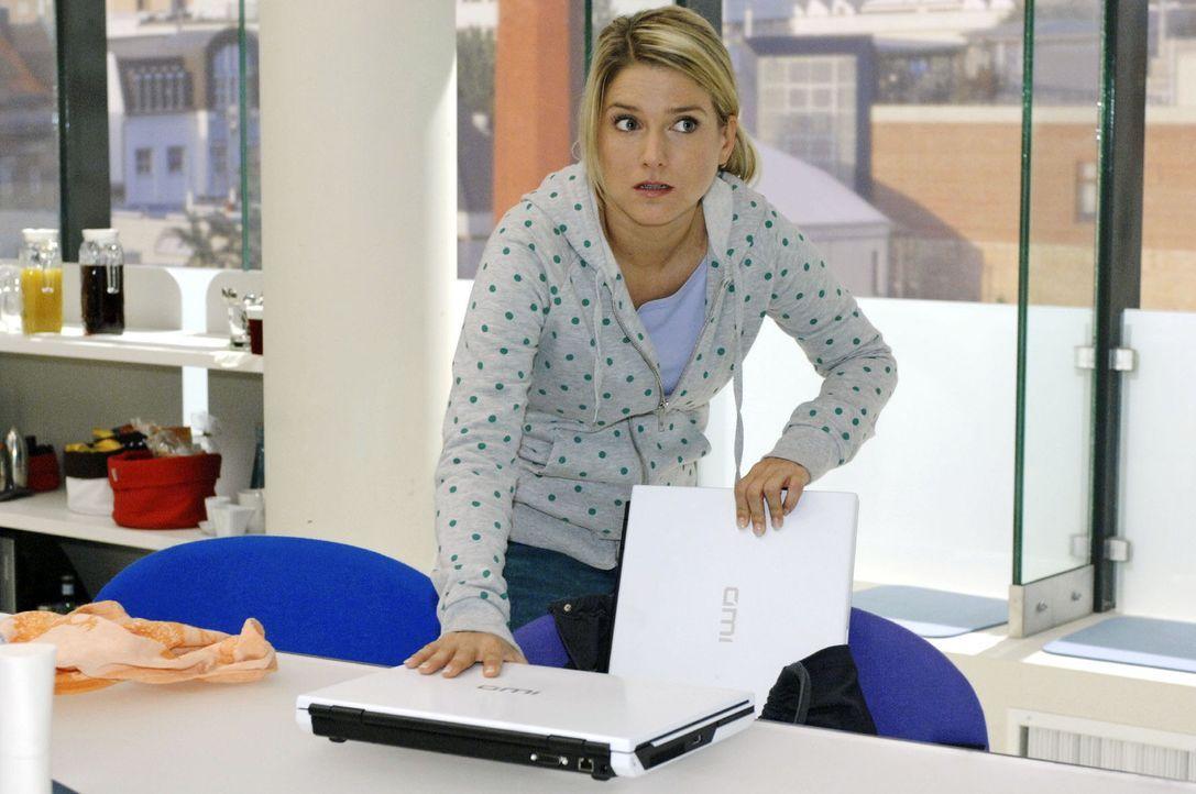 Nachdem Anna (Jeanette Biedermann) das Stromnetz der Agentur lahmgelegt hat, bemerkt niemand in dem Chaos, wie sie die Computer austauscht. - Bildquelle: Oliver Ziebe Sat.1
