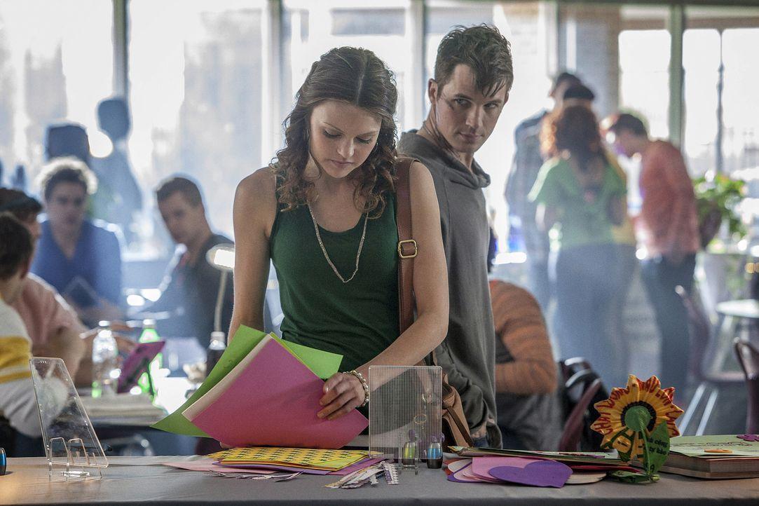 Während Roman (Matt Lanter, r.) sofort erkennt, wer Emery (Aimeé Teegarden, l.) ist, hat Emery damit zu kämpfen, sich in der Schule nach vier Jahren... - Bildquelle: 2014 The CW Network, LLC. All rights reserved.